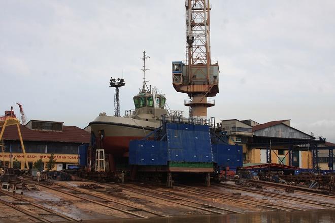 Tàu ATD 2412 trên triền ngang trước giờ hạ thủy.