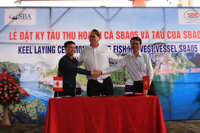Đại diện các bên ký kết biên bản đặt ky tàu thu hoạch cá – SBA05